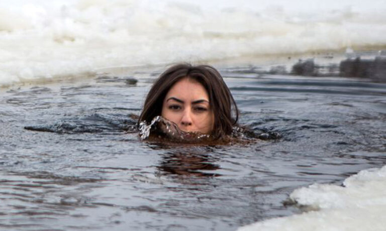 The model poses nude at temperatures of -9 degrees