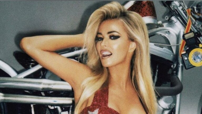 Carmen Electra poses naked 9 years after her first photographic set