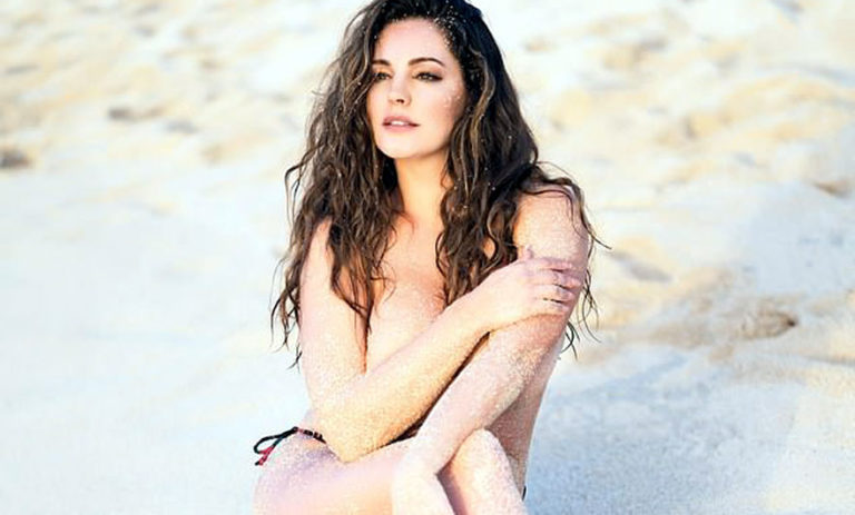 """Kelly Brook, """"topless"""" on the beach (Photo)"""