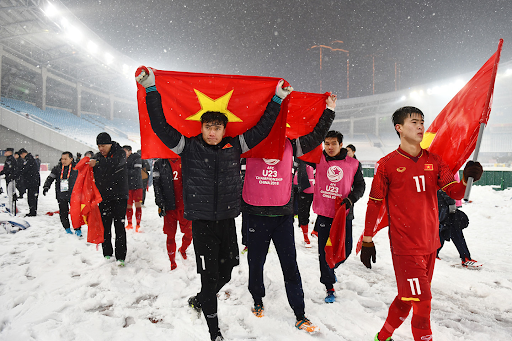 (Vietnamese U23 players go around the yard to thank the fans after finishing the snow match with Uzbekistan)